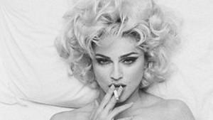 Madonna fumand